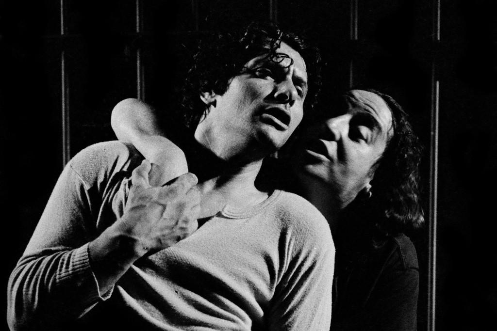 Da sinistra, Antonio Pennarella e Marcello Colasurdo in un altro momento di «Tatuaggi»