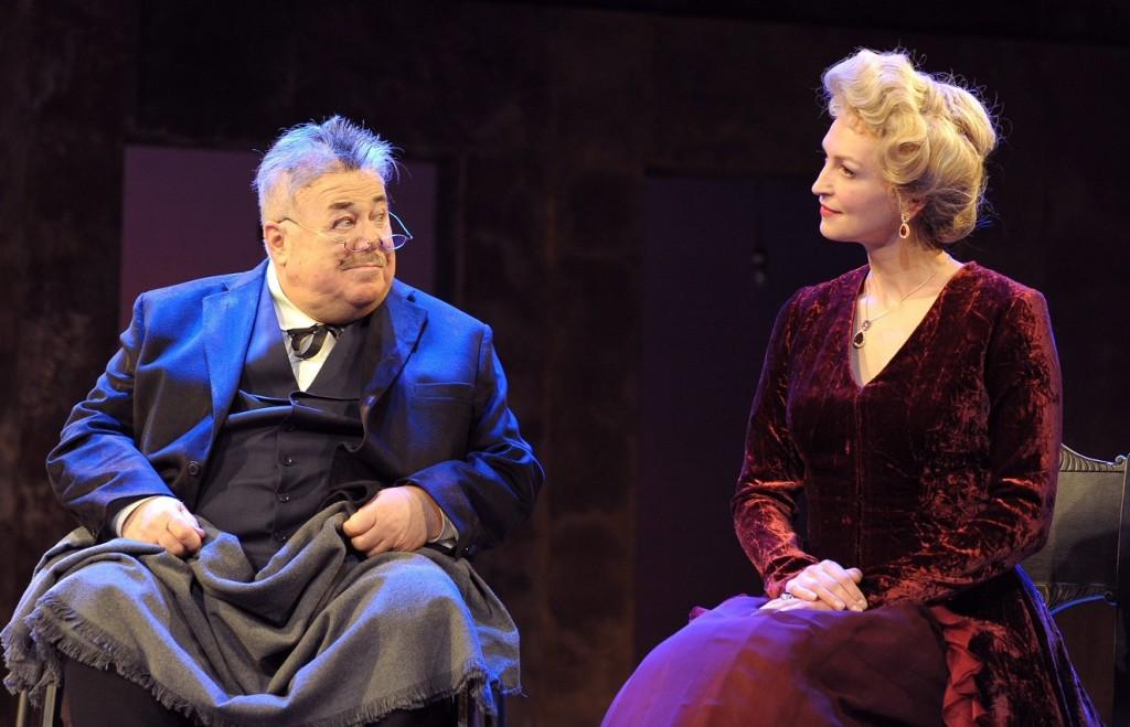 Aleksandr Kaljagin e Natalija Blagich in un momento de «Il revisore. Una versione» presentato dal teatro Et Cetera