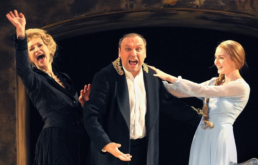 Da sinistra, ancora la Blagich, Vladimir Skvorcov e Cristina Gagua in un altro momento dello spettacolo