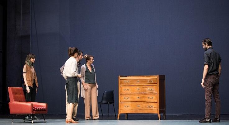 Tutti gli attori intorno al cassettone, il «personaggio» principale dello spettacolo (la foto è di Claudia Pajewski)