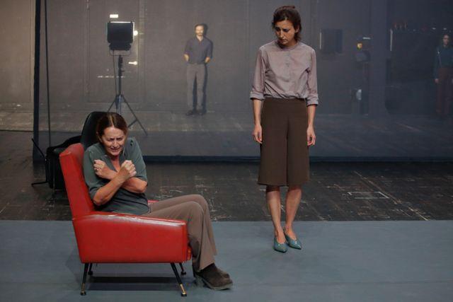 Da sinistra, Daria Deflorian e Monica Piseddu in un momento di «Quasi niente», presentato nel Fabbricone (la foto è di Luca Del Pia)