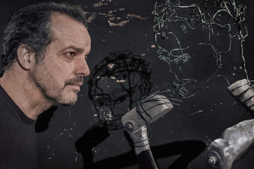 Mario Perrotta in un altro momento di «In nome del padre», primo atto di un progetto triennale sulla famiglia