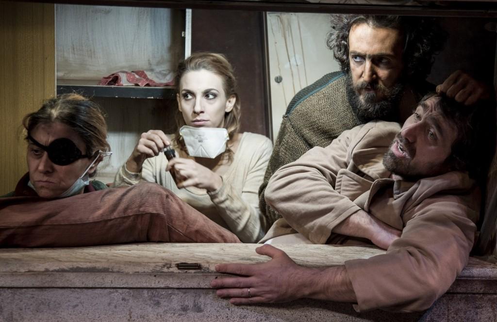Da sinistra, Beatrice Schiros, Angela Ciaburri, Pier Luigi Pasino e Alessandro Federico in un momento di «Cous Cous Klan», lo spettacolo di Carrozzeria Orfeo in scena al Bellini (le foto che illustrano l'articolo sono di Laila Pozzo)