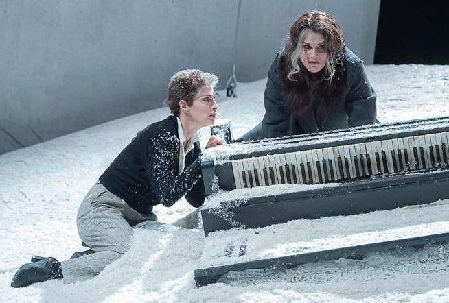 Da sinistra, Federica Di Martino e Laura Marinoni in un altro momento dello spettacolo, diretto da Marco Sciaccaluga