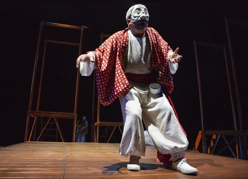 Marco Sgrosso, nei panni dell'acquaiolo Wang, in un altro momento dello spettacolo, prodotto dal Centro Teatrale Bresciano e da Emilia Romagna Teatro