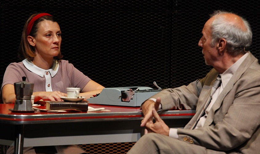 Francesca Porrini e Andrea Castelli in un momento di «Avevo un bel pallone rosso», in scena al Piccolo Bellini (le foto che illustrano l'articolo sono di Luca Del Pia)