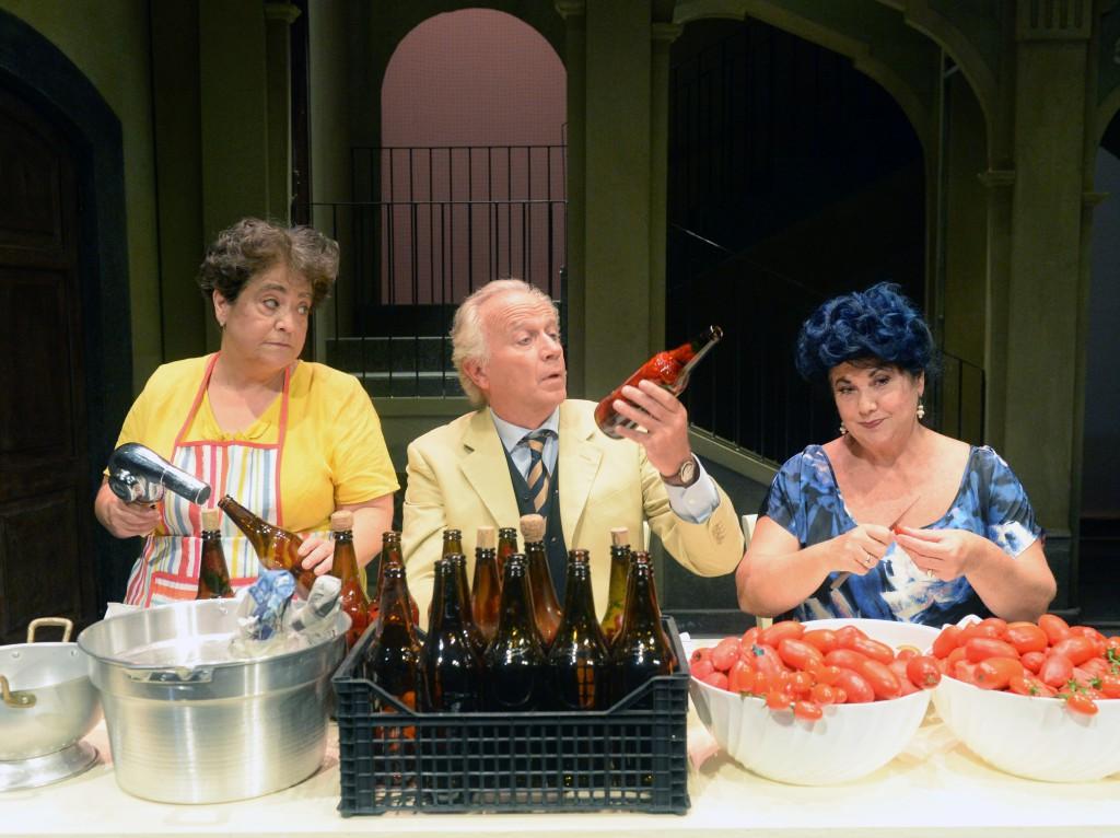 Da sinistra, Nunzia Schiano, Geppy Gleijeses e Marisa Laurito in un momento di «Così parlò Bellavista».in scena al Diana