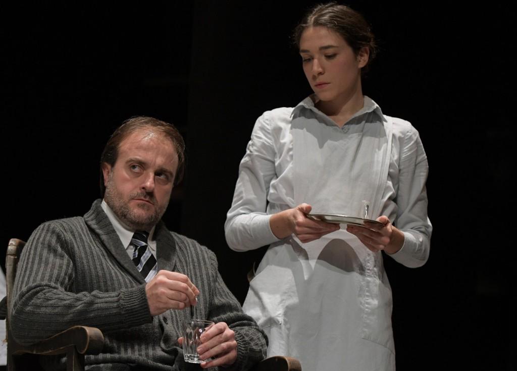 Filippo Dini e Benedetta Parisi in un altro momento dello spettacolo, diretto dallo stesso Dini