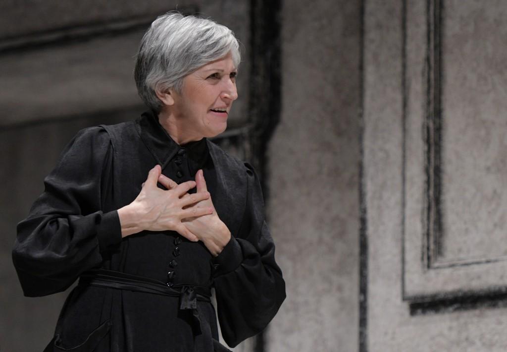 Maria Paiato in un momento di «Così è (se vi pare)», in scena al Bellini (le foto che illustrano questo articolo sono di Bepi Caroli)
