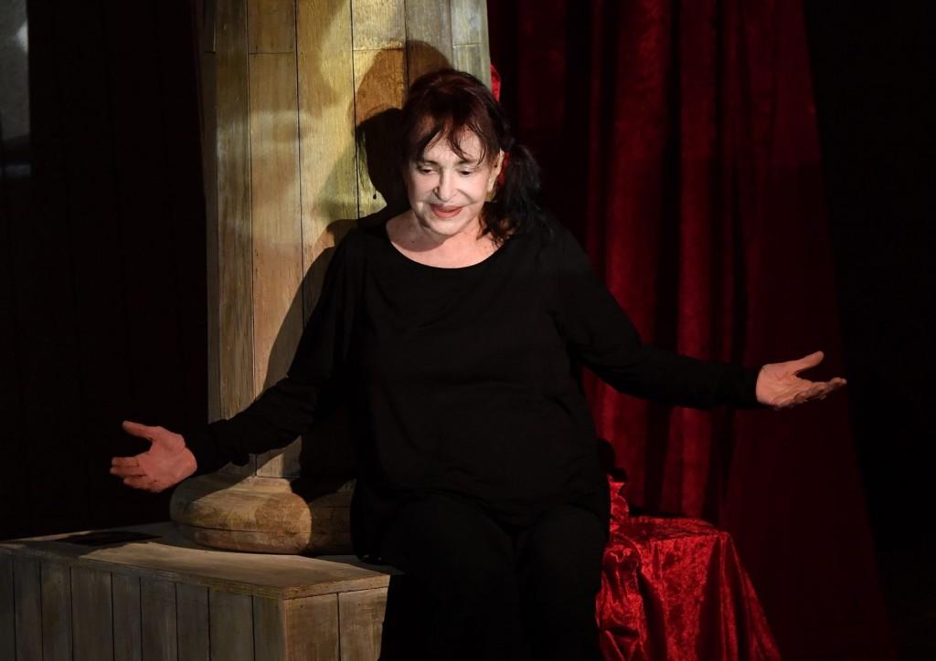 Ancora un'immagine della Asti nello spettacolo autobiografico  «Memorie di Adriana»