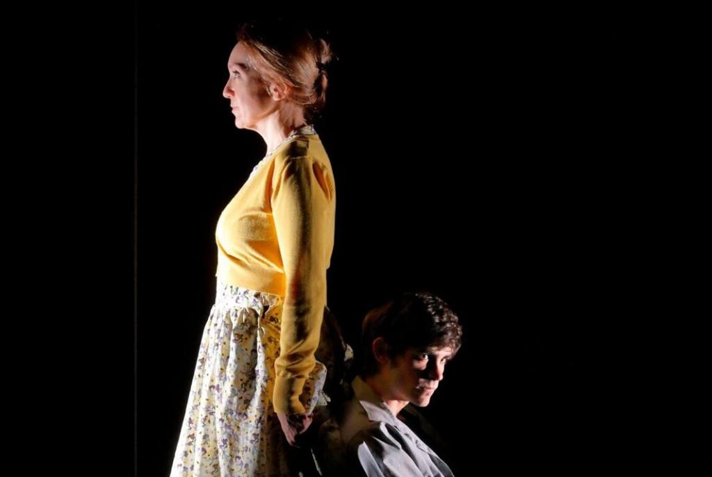 Laura Mazzi e Alessandro Bay Rossi in un momento di «Per il tuo bene» di Pier Lorenzo Pisano (le foto che illustrano l'articolo sono di Luca Del Pia)