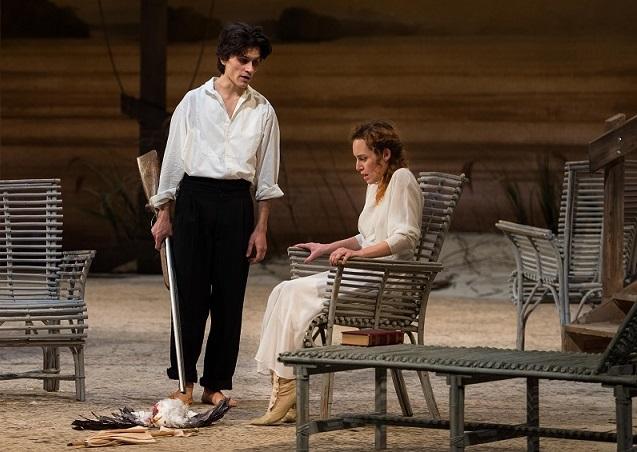 Francesco Sferrazza Papa e Alice Arcuri in un altro momento dello spettacolo, diretto da Marco Sciaccaluga