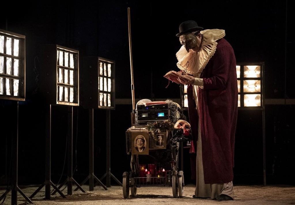 Massimo Andrei in un momento di «E pecché? E pecché? E pecché? Pulcinella in Purgatorio», in scena al San Ferdinando (le foto che illustrano l'articolo sono di Marco Ghidelli)