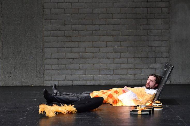 Nicola Mastroberardino (d'Artagnan) in un altro momento dello spettacolo