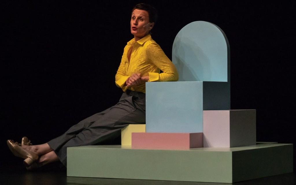 Antonella Questa in un momento di «Infanzia felice», presentato al Teatro di Rifredi (le foto che illustrano questo articolo sono di Antonio Ficai)