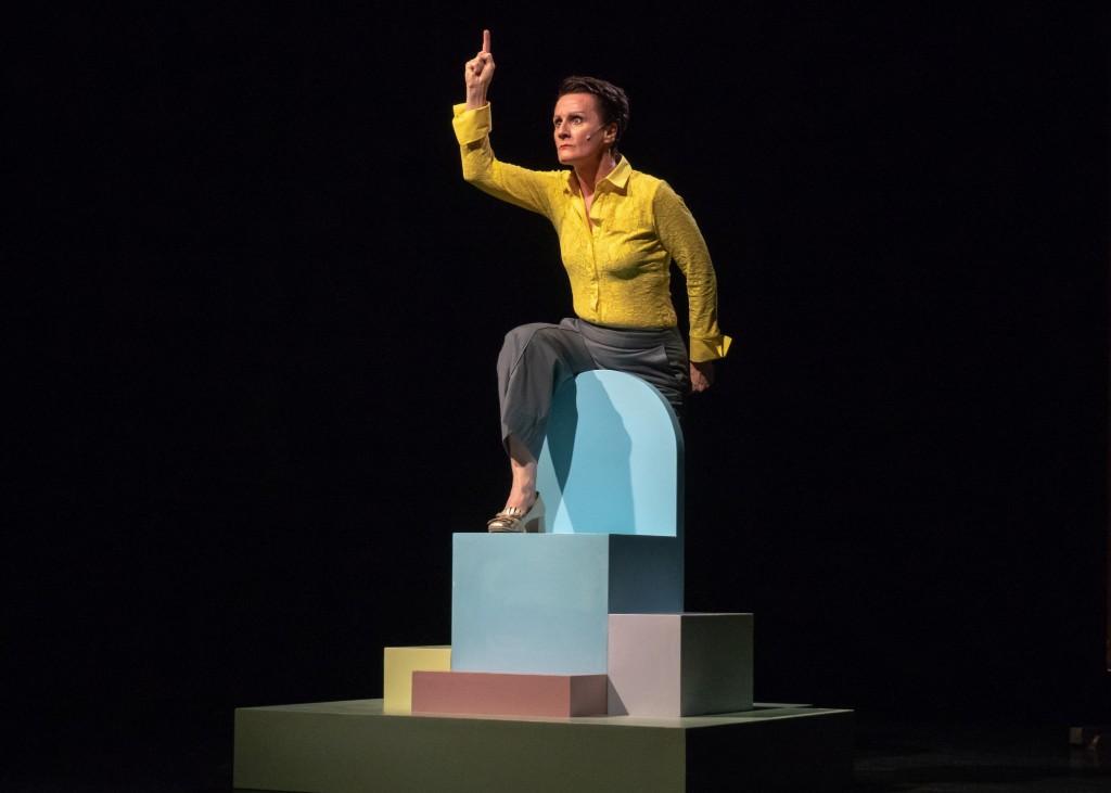 Antonella Questa in un altro momento dello spettacolo, da lei stessa scritto e diretto