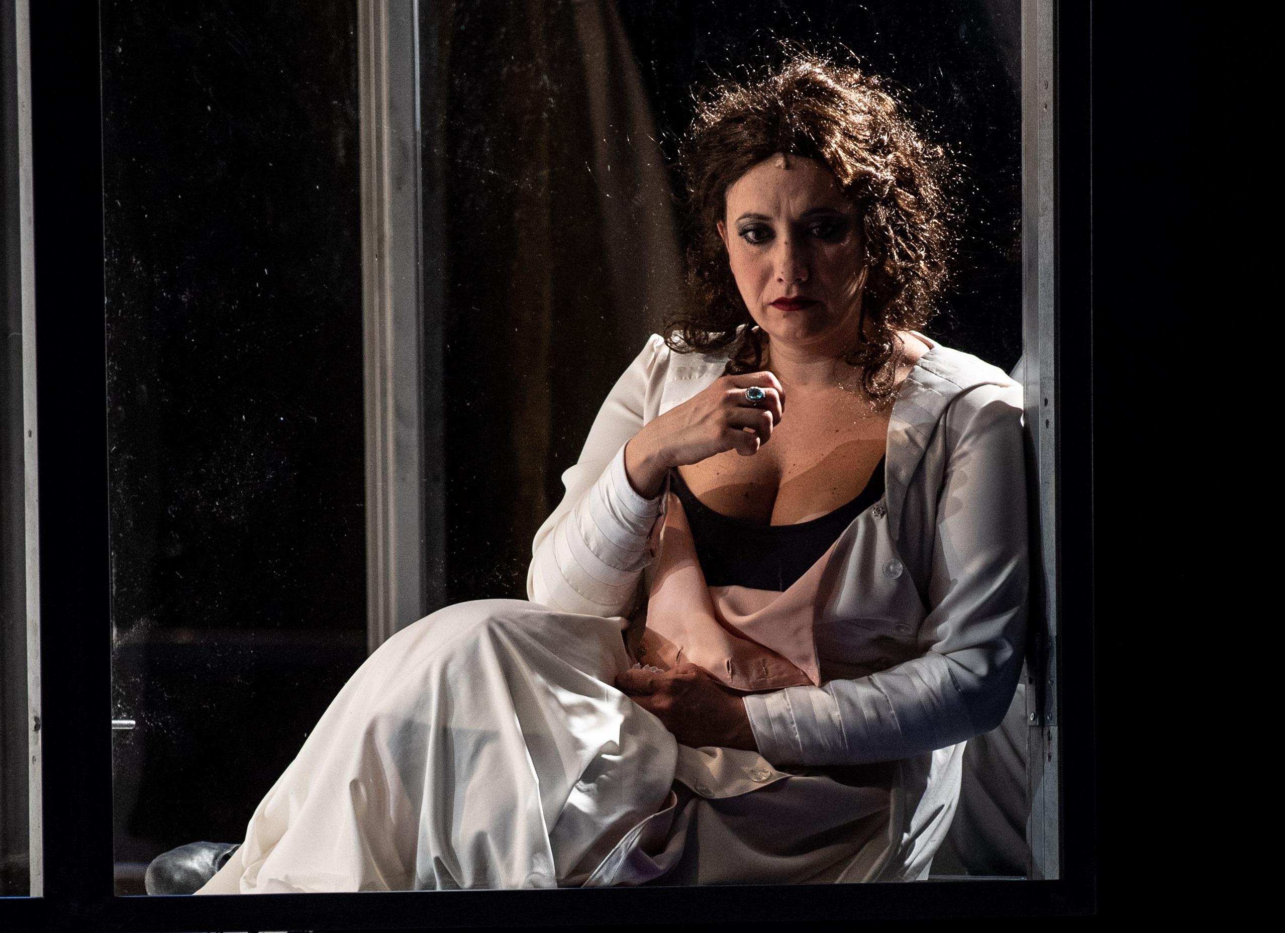 Chiara Baffi in un momento di «Assunta Spina», in scena al San Ferdinando (le foto che illustrano questo articolo sono di Marco Ghidelli)
