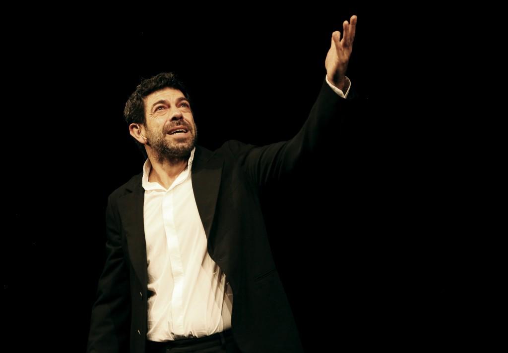 Pierfrancesco Favino in un momento de «La notte poco prima della foresta», in scena al Bellini (la foto è di Fabio Lovino)