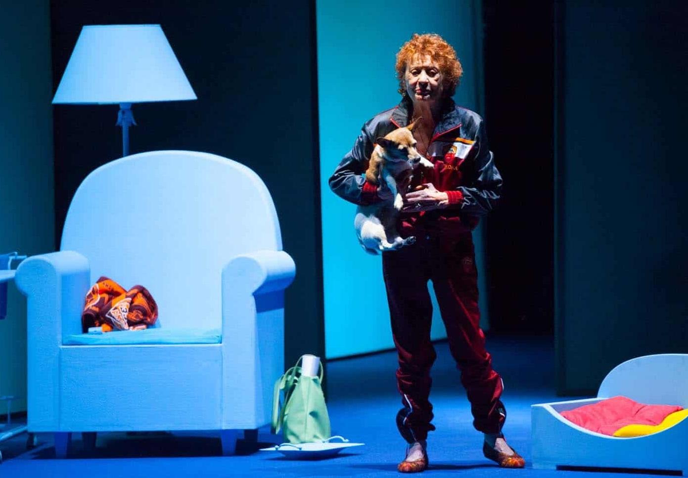 Angela Pagano con la cagnetta Mimì in un momento di «Replay», in scena nel Ridotto del Mercadante