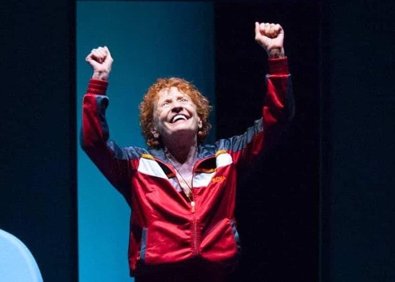Angela Pagano in un altro momento dello spettacolo, scritto e diretto da Antonio Marfella