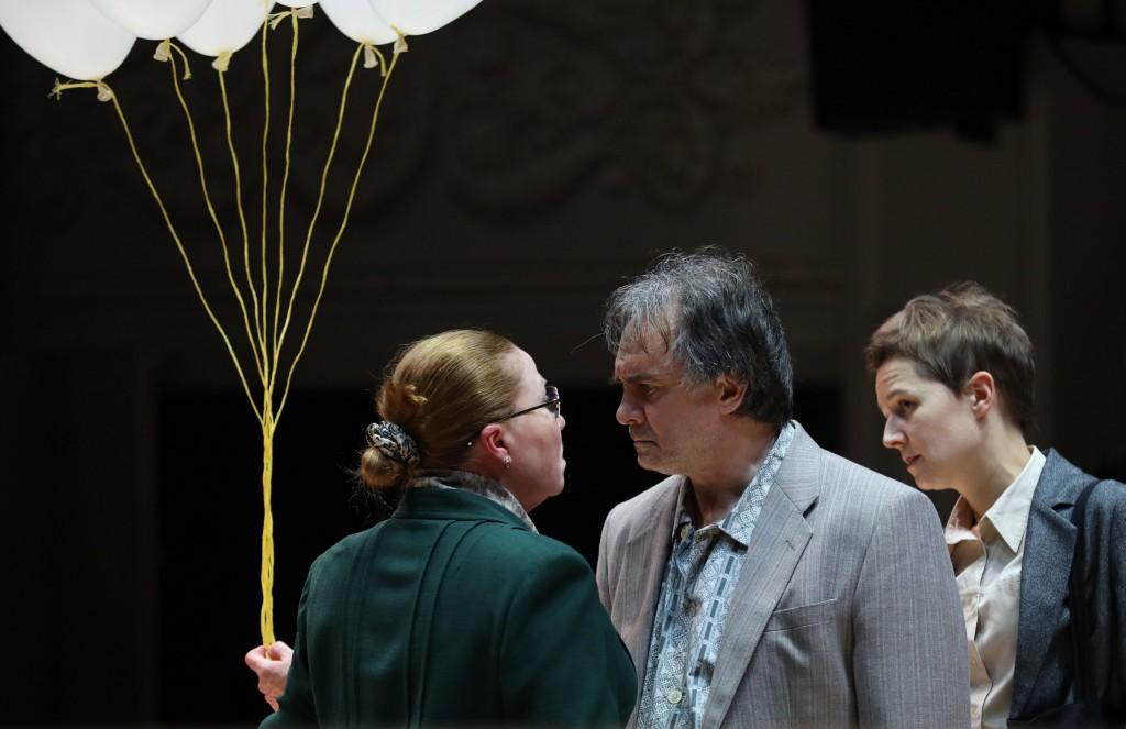Da sinistra, Irute Vengalite, ancora Vorobyov e Varvara Pavlova in un altro momento dello spettacolo, scritto e diretto da Luk Perceval