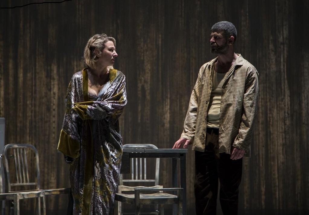 Caterina Carpio e Francesco Villano in un altro momento dello spettacolo, ancora oggi e domani in scena all'Arena del Sole