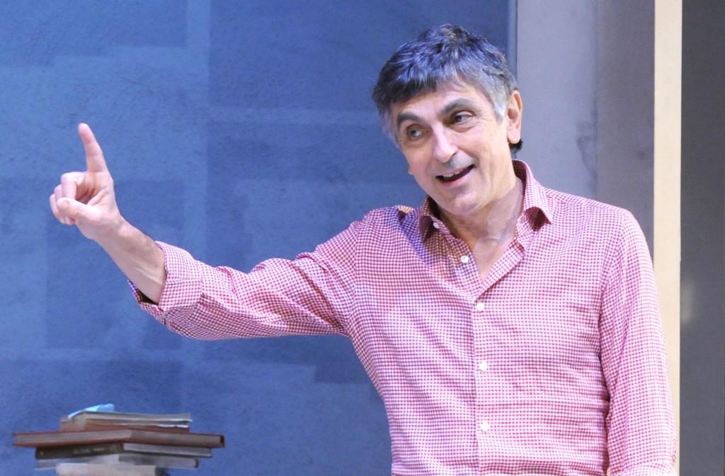 Vincenzo Salemme in un momento di «Con tutto il cuore», la sua nuova commedia in scena al Diana (le foto che illustrano questo articolo sono di Federico Riva)