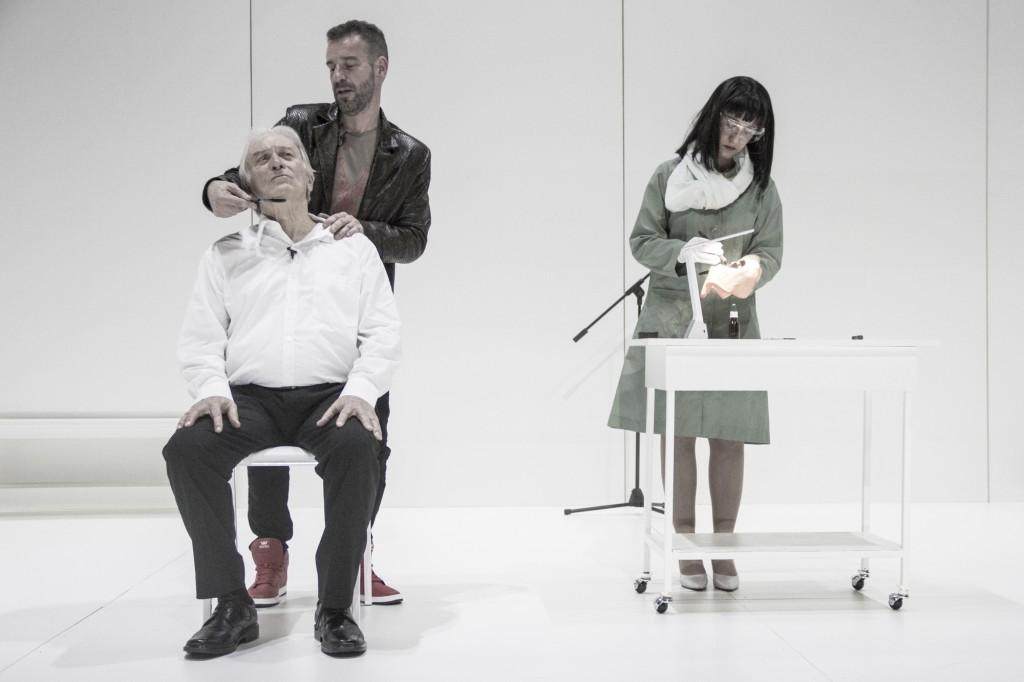 Da sinistra, ancora Walter Rey con Gustavo Saffores e Soledad Frugone in un altro momento dello spettacolo, diretto dallo stesso autore