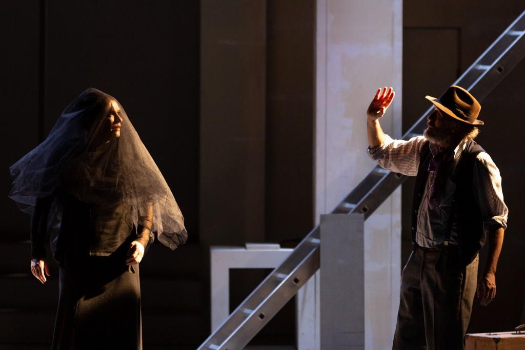 Laura Marinoni e Luca Lazzareschi in un altro momento dello spettacolo, diretto da Andrée Ruth Shammah