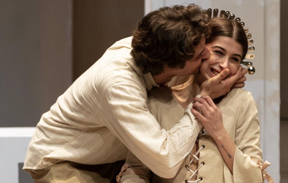 Filippo Lai e Nina Pons in un momento de «I promessi sposi alla prova», in scena al Teatro Franco Parenti (le foto che illustrano questo articolo sono di Noemi Ardesi)