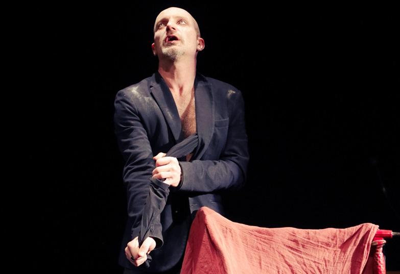 Roberto Latini in un momento de «I giganti della montagna - Radio Edit», in scena nella Sala Assoli (la foto è di Simone Cecchetti)