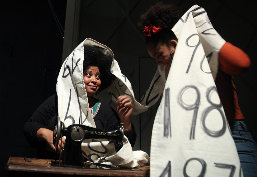 Da sinistra, Diana Sainz Mena e Milagros Álvarez Leliebre in un altro momento dello spettacolo, diretto da Stefan Kaegi (la foto è di Dorothea Tuch)