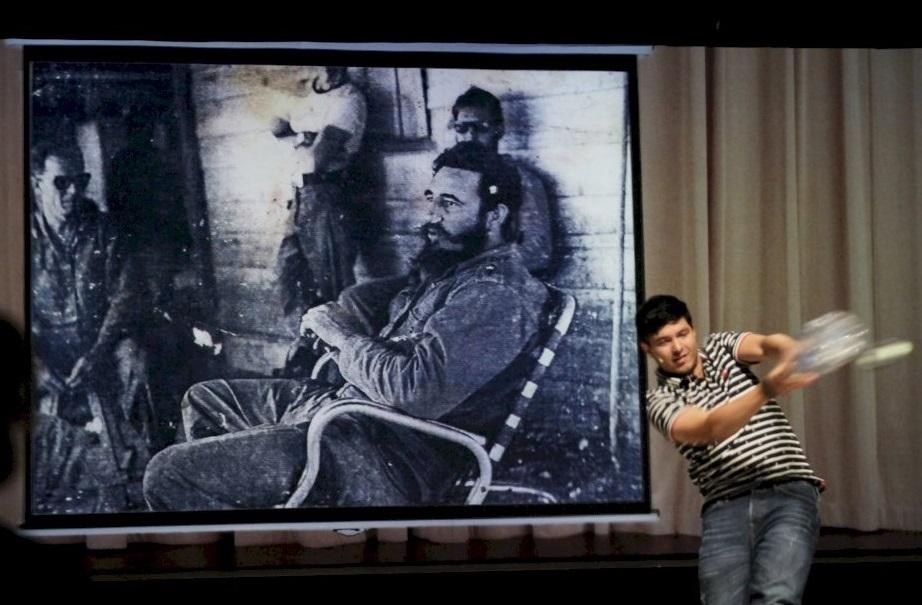 Christian Paneque Moreda in un momento di «Granma. Metales de Cuba» di Rimini Protokoll (la foto è di Ute Langkafel)