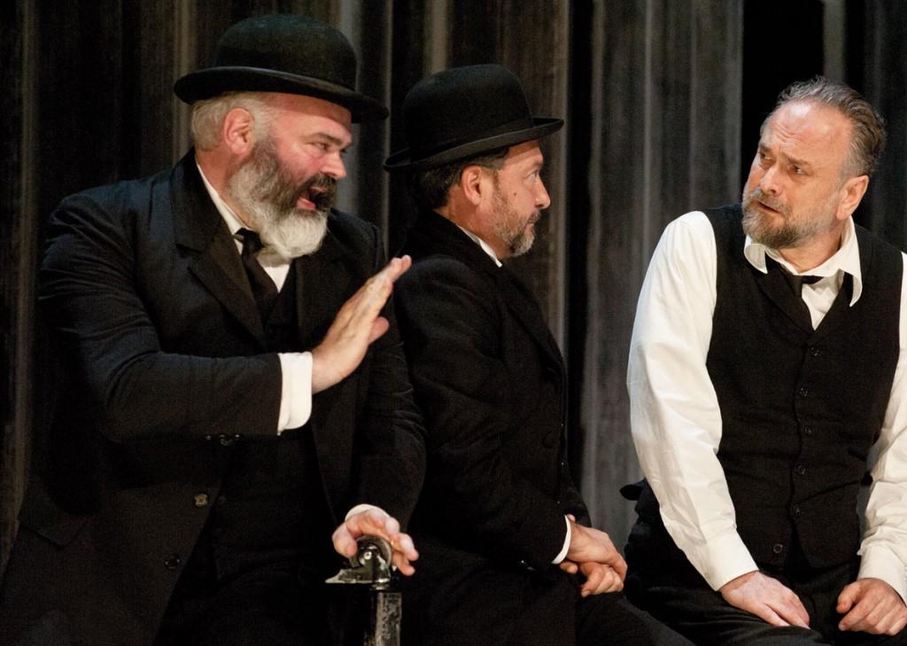 Da sinistra, Michele Nani, Paolo Musio e ancora Popolizio, che è anche il regista dell'allestimento
