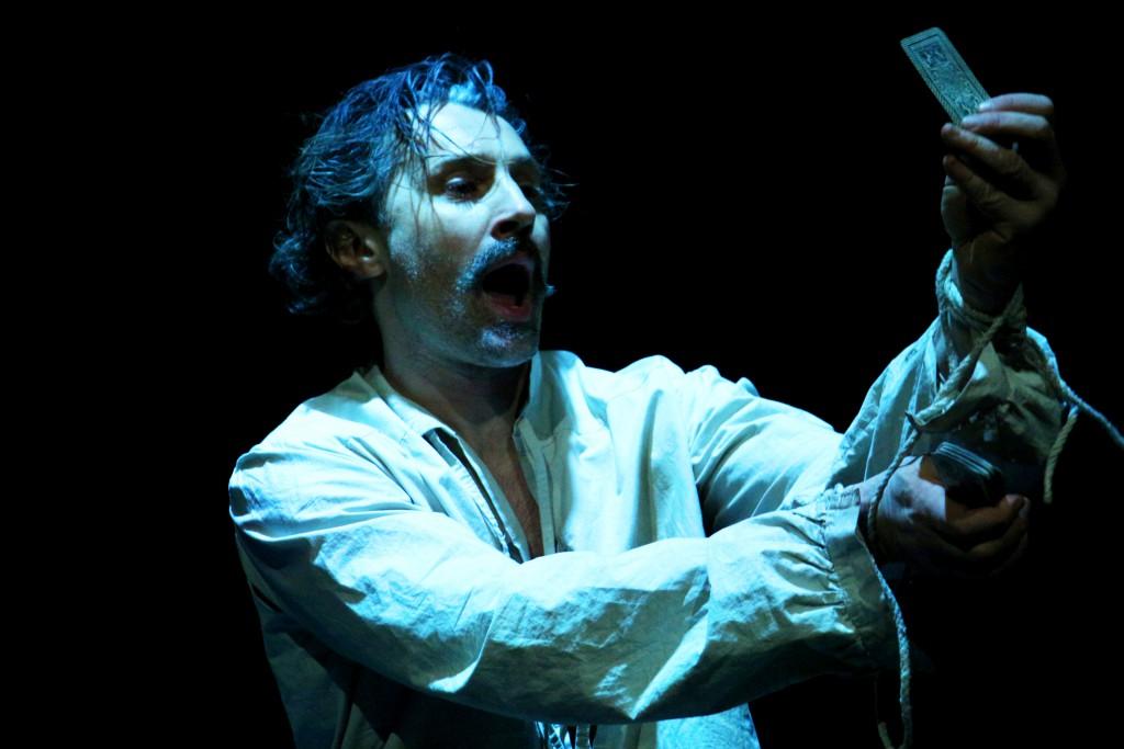 Raffaele Esposito in un momento di «Villon», presentato al Teatro Due di Parma (le foto dello spettacolo sono di Francesco Bianchi)