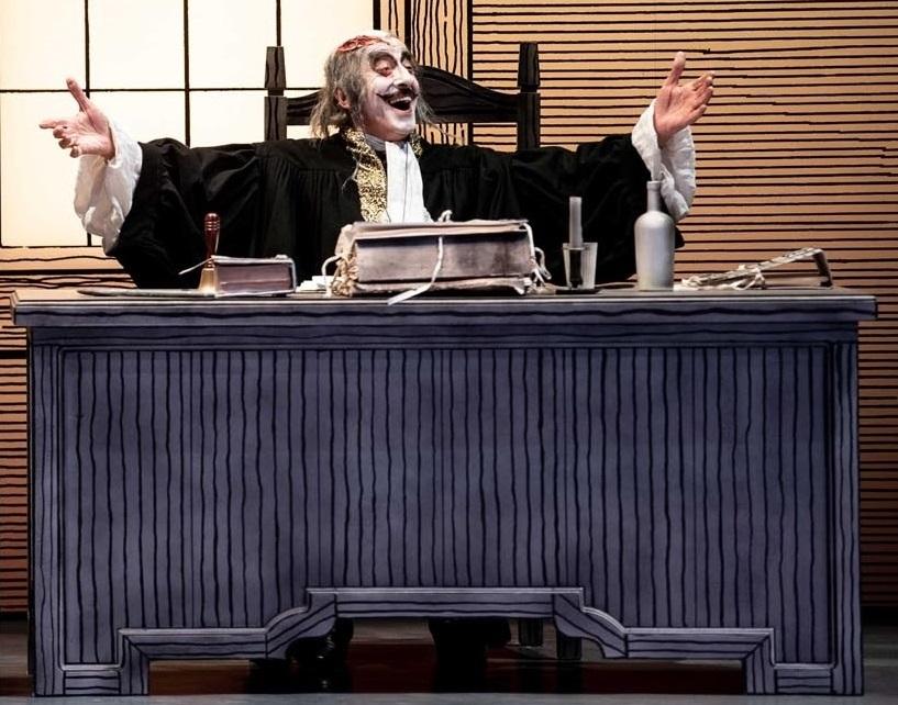 Mariano Rigillo in un momento de «La brocca rotta», in scena al Mercadante (le foto che illustrano questo articolo sono di Marco Ghidelli)