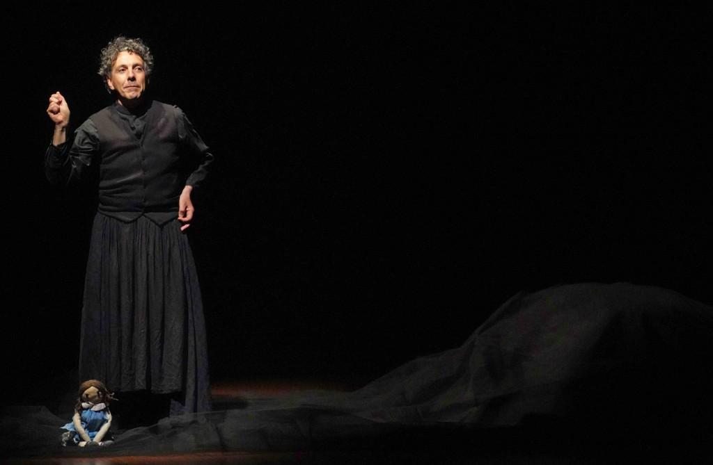 Fabio Marceddu in un momento di «Alfonsina Panciavuota» (la foto è di Angelo Maggio)