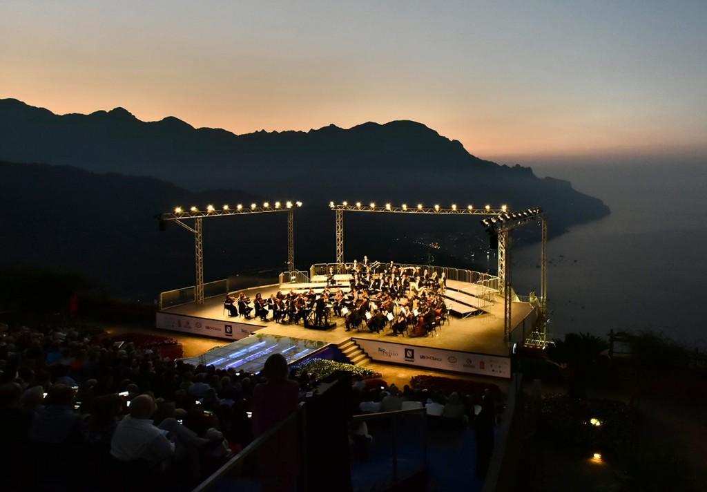 Il palcoscenico sospeso sul mare del Festival di Ravello