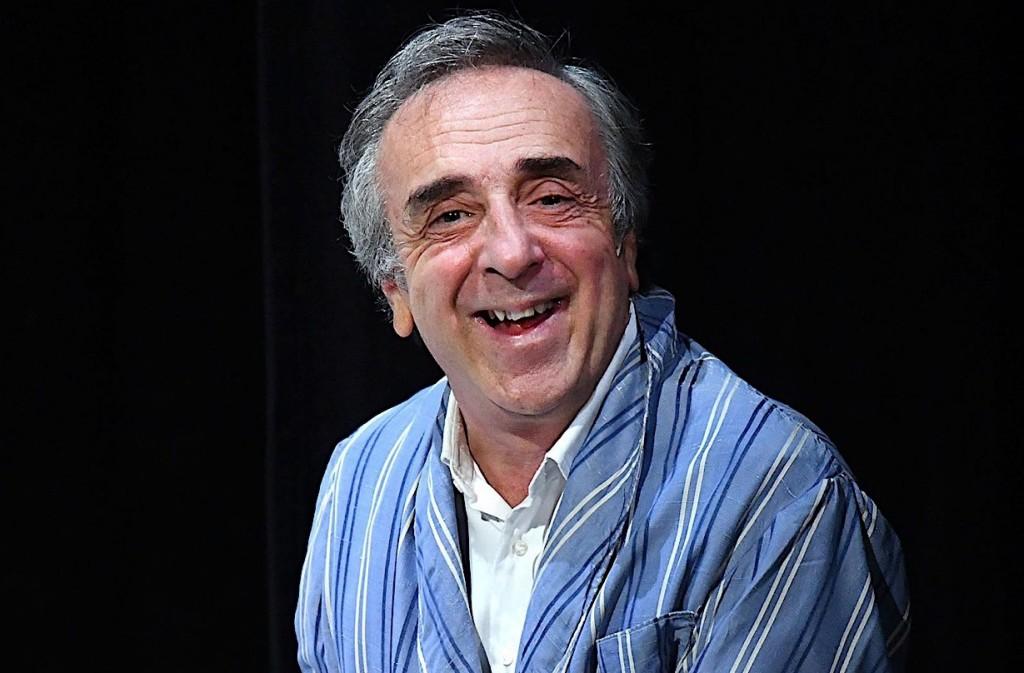Silvio Orlando in un momento di «Si nota all'imbrunire», in scena al Bellini