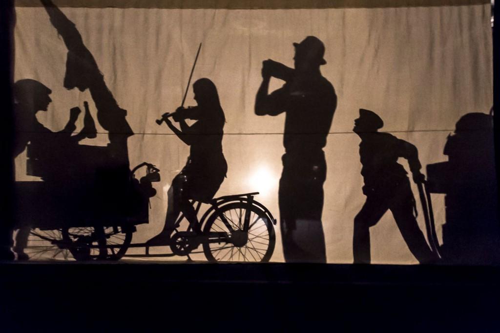 Un momento di «Reneixer», lo spettacolo di Enrique Vargas in programma ancora oggi a Palazzo Fondi (la foto è di Sigrid Spinnox)