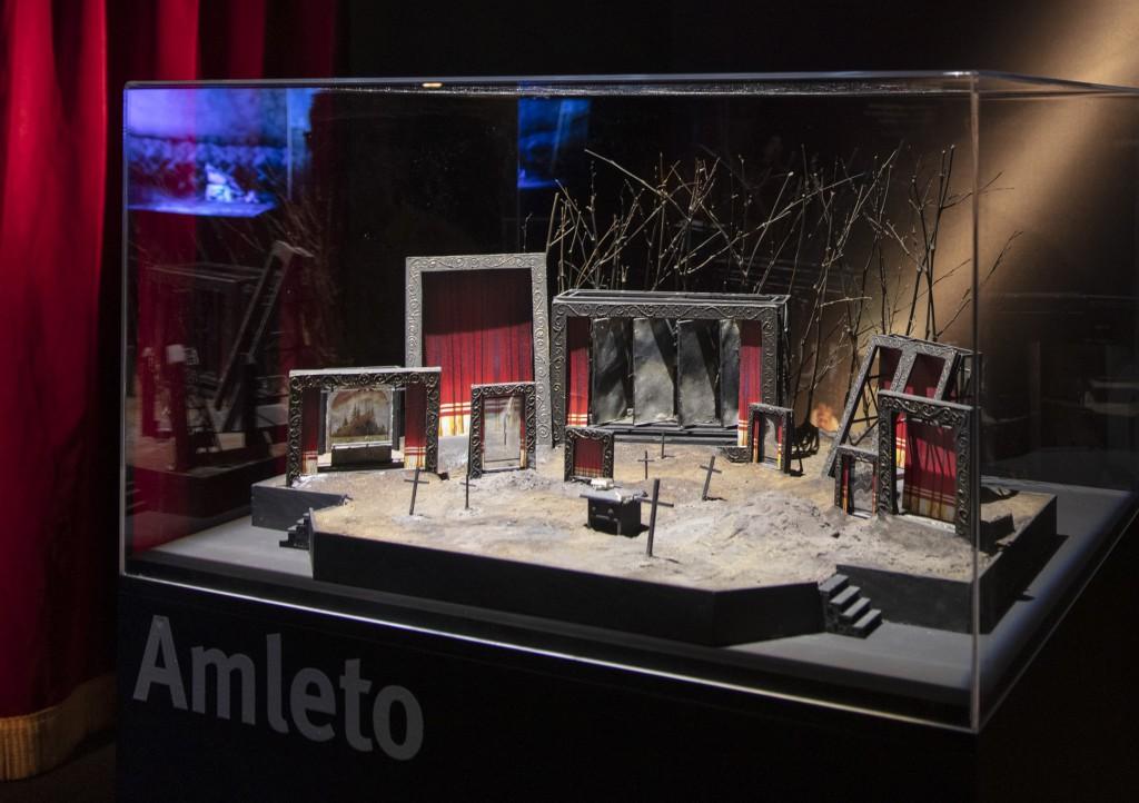 Il plastico della scenografia dell'«Amleto» presentato da Tato Russo nel Teatro Romano di Verona