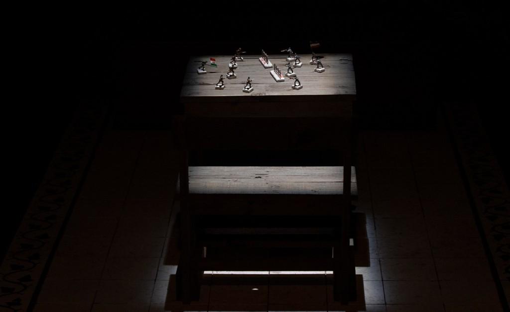 Il banco vuoto, occupato solo da soldatini di piombo in miniatura