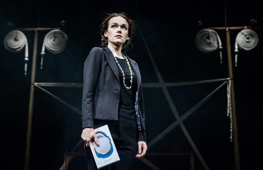 Aldona Bendoriute in un momento di «Zinc (Zn)», che ha aperto il Napoli Teatro Festival Italia (le foto dello spettacolo sono di Laura Vanseviciene)