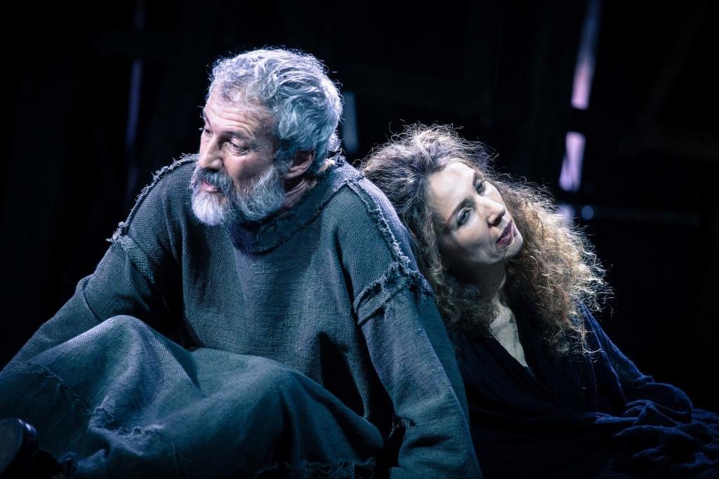 Claudio Di Palma e Marina Sorrenti in un momento dell'«Edipo a Colono» di Cappuccio diretto da Rimas Tuminas (la foto è di Ivan Nocera)
