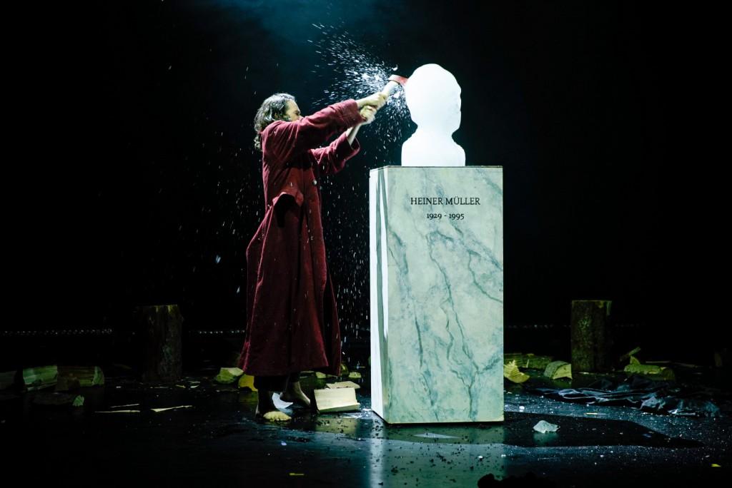 Il busto in ghiaccio dell'autore distrutto a colpi d'ascia