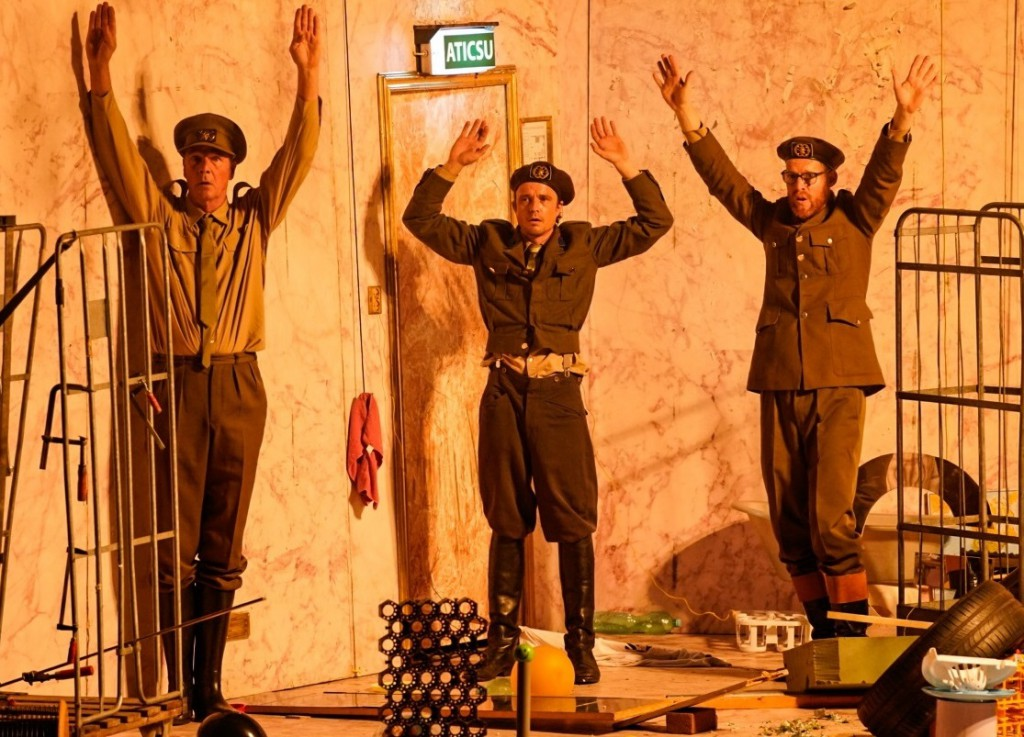 Un momento di «War», lo spettacolo del Leone d'Argento Jetse Batelaan (le foto che illustrano questo articolo sono di Andrea Avezzù)