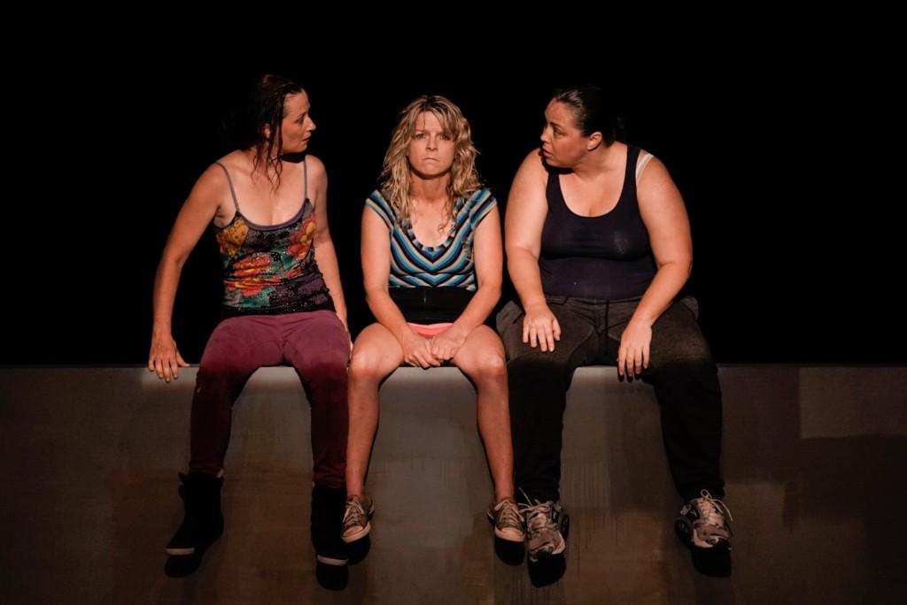 Da sinistra, Peta Brady, Nicci Wilks e Sarah Ward in un momento di «Shit», presentato alla Biennale Teatro (le foto che illustrano questo articolo sono di Andrea Avezzù)