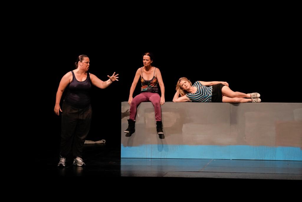 Da sinistra, Sarah Ward, Peta Brady e Nicci Wilks in un altro momento dello spettacolo di Susie Dee