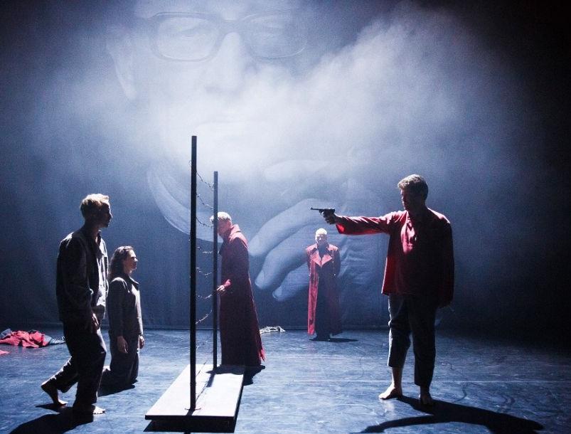 Un momento di «Mauser», presentato alla Biennale Teatro per la regia di Oliver Frljić