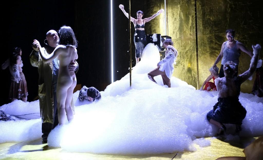 Un momento di «Satyricon»: in primo piano, sulla sinistra, Antonino Iuorio e Noemi Apuzzo (le foto che illustrano questo articolo sono di Mario Spada)